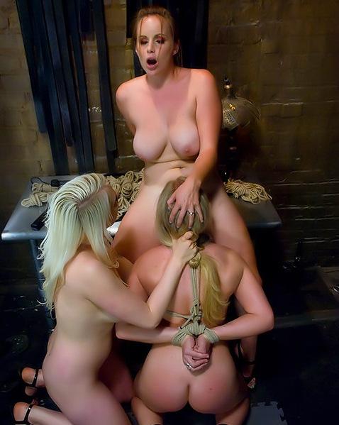 svyazala-lesbi-porno-video